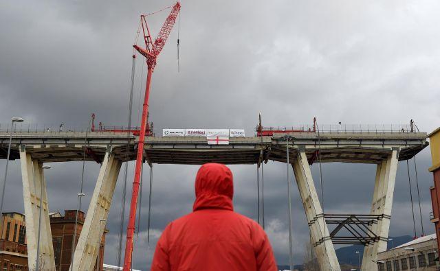 Odsek viadukta nad reko Polcevera se je zrušil med močnim deževjem, ko sta se kabla, ki sta držala del cestišča, nenadoma pretrgala.<br /> FOTO: Reuters