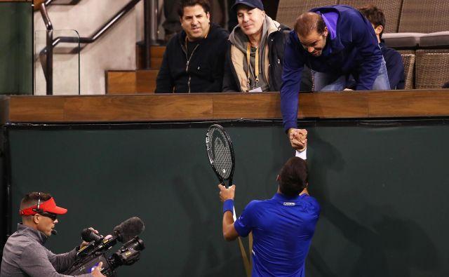 Novak Đoković je po koncu dvoboja 2. kola stisnil roko svojemu vzorniku Petu Samprasu. FOTO: AFP