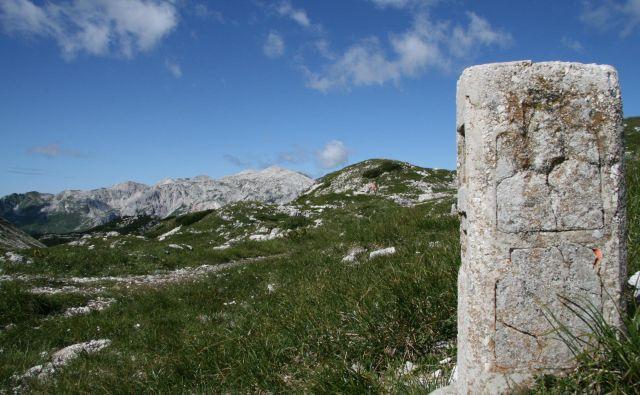 Mejni kamen na rapalski meji. FOTO: Blaž Močnik