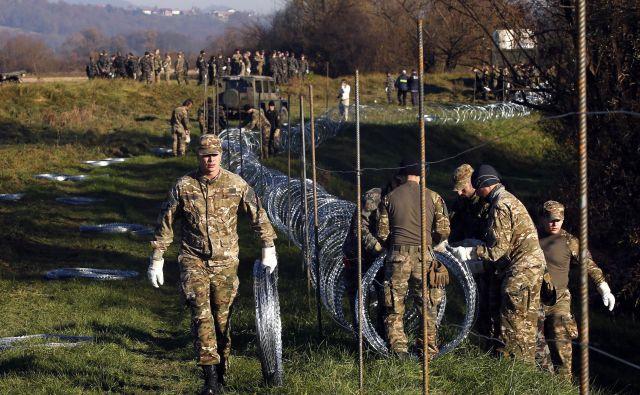 Potem ko so leta 2015 postavili rezilno žico na južni meji, so vojaki dobili vrsto dodatnih nalog, predvsem kot pomočniki policije pri varovanju meje, in zato prejeli dodatek k plači, ki jim ga zdajšnje vodstvo vojske jemlje. Foto Matej Družnik