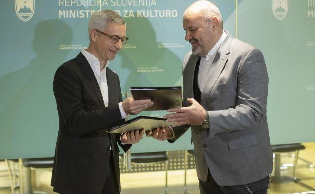 Primopredaja na ministrstvu za kulturo. Na fotografiji Jernej Pikalo in novi minister Zoran Poznič. FOTO: Voranc Vogel/Delo