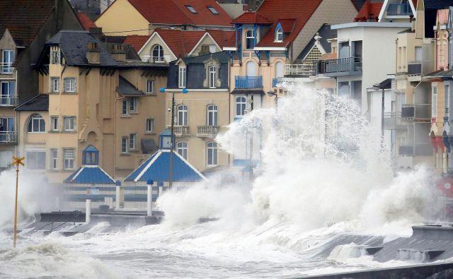 Na severu Francije imajo visoke valove. FOTO: Reuters