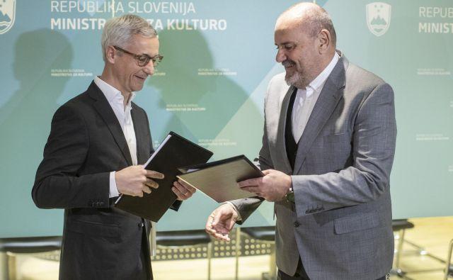 Zoran Poznič je včeraj prevzel posle ministra za kulturo. Na fotografiji Jernej Pikalo in novi minister Zoran Poznič. FOTO: Voranc Vogel/Delo