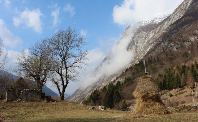 Ne glede na ujetost pod stenami Bavškega Grintavca – do vrha 2347 metrov visoke gore je garaških pet ur in pol hoje –, pomanjkanje tekoče vode in težko dostopnost je bilo življenje v Lemovju pravzaprav milejše kot v dolini. Fotografije Blaž Močnik