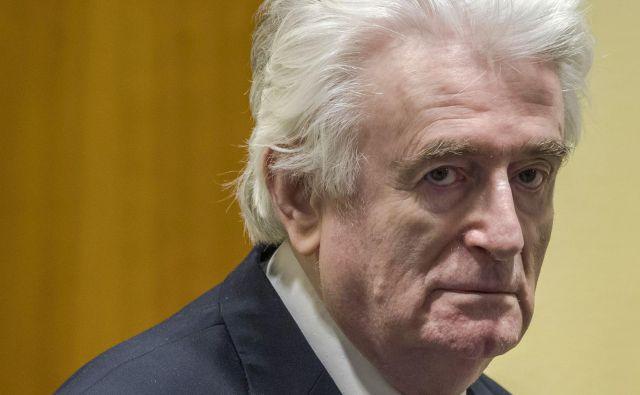 Karadžić je vztrajal, da v Srebrenici ni bilo nikakršnega genocida. Po njegovem je bila to vojaška utrdba, od koder so bošnjaški vojaki hodili napadat Srbe. FOTO: Peter Dejong/AFP