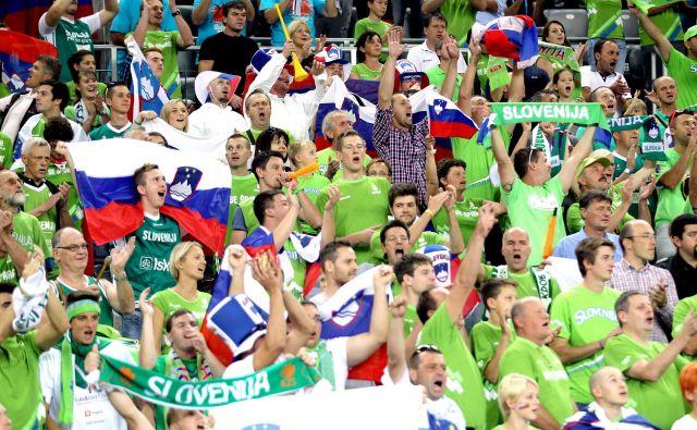 Navijaški šali plapolajo, ko občinstvu čuti, da zvezdniki skupnosti nekaj vrnajo. FOTO: Roman Šipić