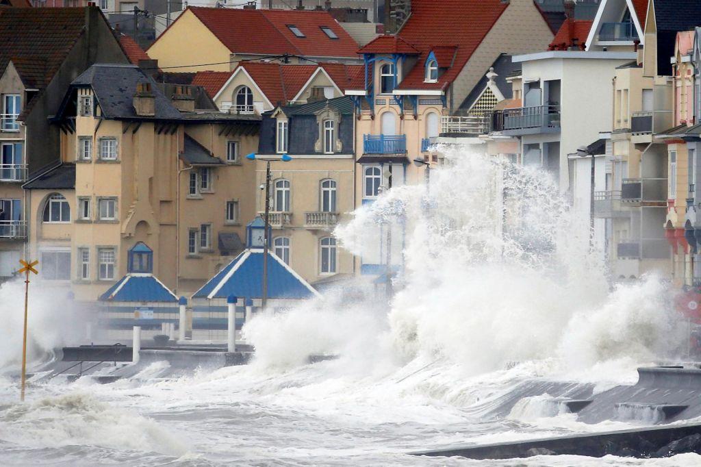 FOTO:Sneg, veter, dež in neurja ogrožajo Evropo