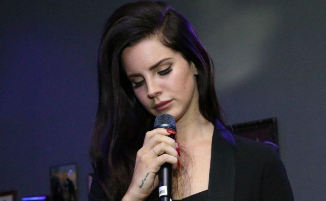 Lana Del Rey: »Knjiga bo stala en dolar, ker so moje misli neprecenljive.« FOTO: Arhiv Dela