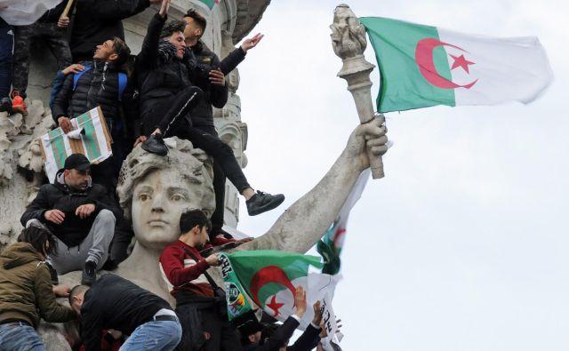 Popravki ne bodo dovolj. Protestniki zahtevajo celosten remont. FOTO: Philippe Wojazer/Reuters