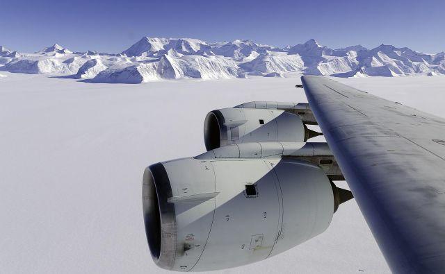 Antarktika je doslej veljala za zgled mednarodnega sodelovanja, vendar jo vse bolj ogrožajo geostrateški apetiti velesil.