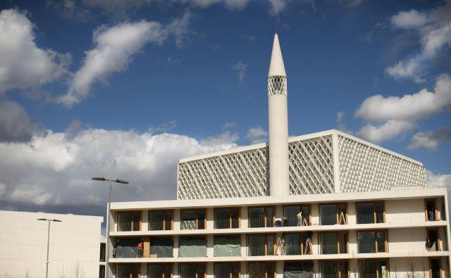 Gradnja Islamskega verskega in kulturnega centra v Ljubljani gre h koncu, saj delavci opravljajo zaključna dela. FOTO: Jure Eržen
