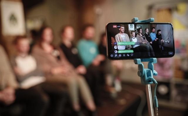 Mladi za podnebno pravičnost so na napovedani novinarski konferenci obsedeli v tišini. S tem so najverjetneje hoteli opozoriti, da je tišine glede okolja dovolj. FOTO: Uroš Hočevar/Delo