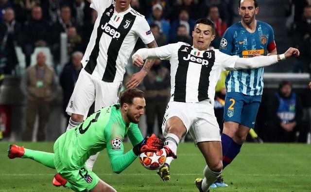 Kako neprijetnih 90 minut bo čakalo Jana Oblaka, je Cristiano Ronaldo napovedal že v 2. minuti, ko je šel »na polno« v našega vratarja. FOTO: AFP