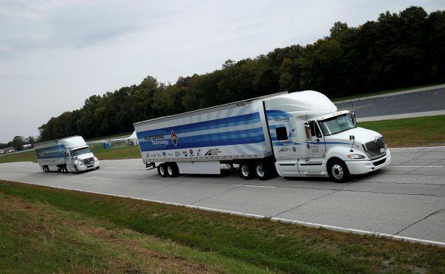Sodobna logistika uvaja <em>platooning </em>– avtonomno vožnjo v konvojih tovornjakov, ki naj bi bila varnejša, čas v kabini in zunaj nje pa bolje izrabljen. FOTO: Reuters
