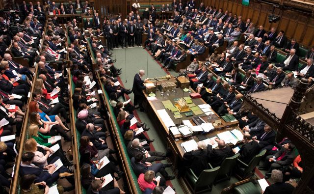 Odločitev britanskega parlamenta je za vlado neobvezujoča, hkrati pa sama po sebi ne spreminja ničesar. FOTO: AFP