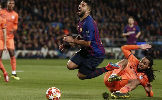 Luis Suarez je za prvi gol Barcelone, po katerem je nadzirala igro, prelisičil glavnega sodnika in VAR ter izsilil enajstmetrovko. FOTO: AFP