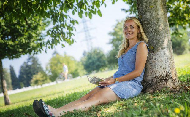 Alenka Žumbar Klopčič, sproščeno v naravi, najraje aktivno ali pa s knjigo v roki. FOTO: Siniša Kanižaj