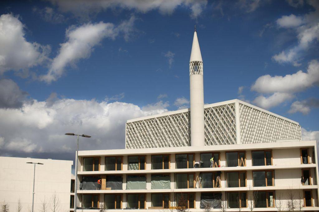 Gradnja džamije poteka tudi z božjo pomočjo