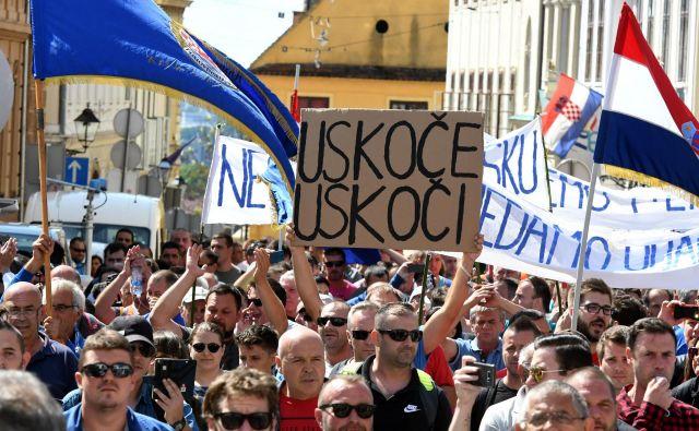 »Uskok, vskoči« je poziv na transparentu hrvaškim preiskovalcem korupcije, naj se lotijo neprevilnosti pri sanaciji ladjedelnice Uljanik, materi vseh državnih potratnosti. FOTO: Stringer/Afp
