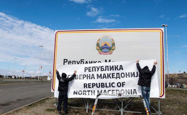 Vlada je sporočila, da bo v prihodnjih štirih mesecih 136 institucij, ki jih financira država, prilagodila svoje nazive novemu imenu Severna Makedonija. FOTO: Robert Atanasovski/AFP