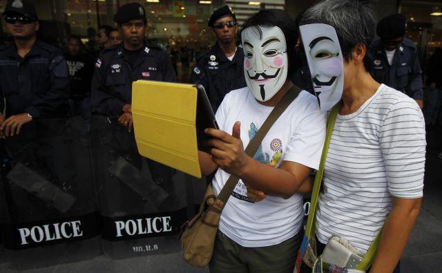 Protestnika na ulicah Bangkoka: vsebine na svetovnem spletu vse bolj nadzira vojaška vlada. FOTO: Reuters