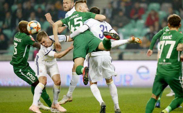 Najvišji nogometaš na derbiju Rok Kidrić (v sredini) je v 48. minuti zatresel prečko, večino drugih zračnih bitk z vijoličnimi pa je izgubil. FOTO: Roman Šipić/Delo