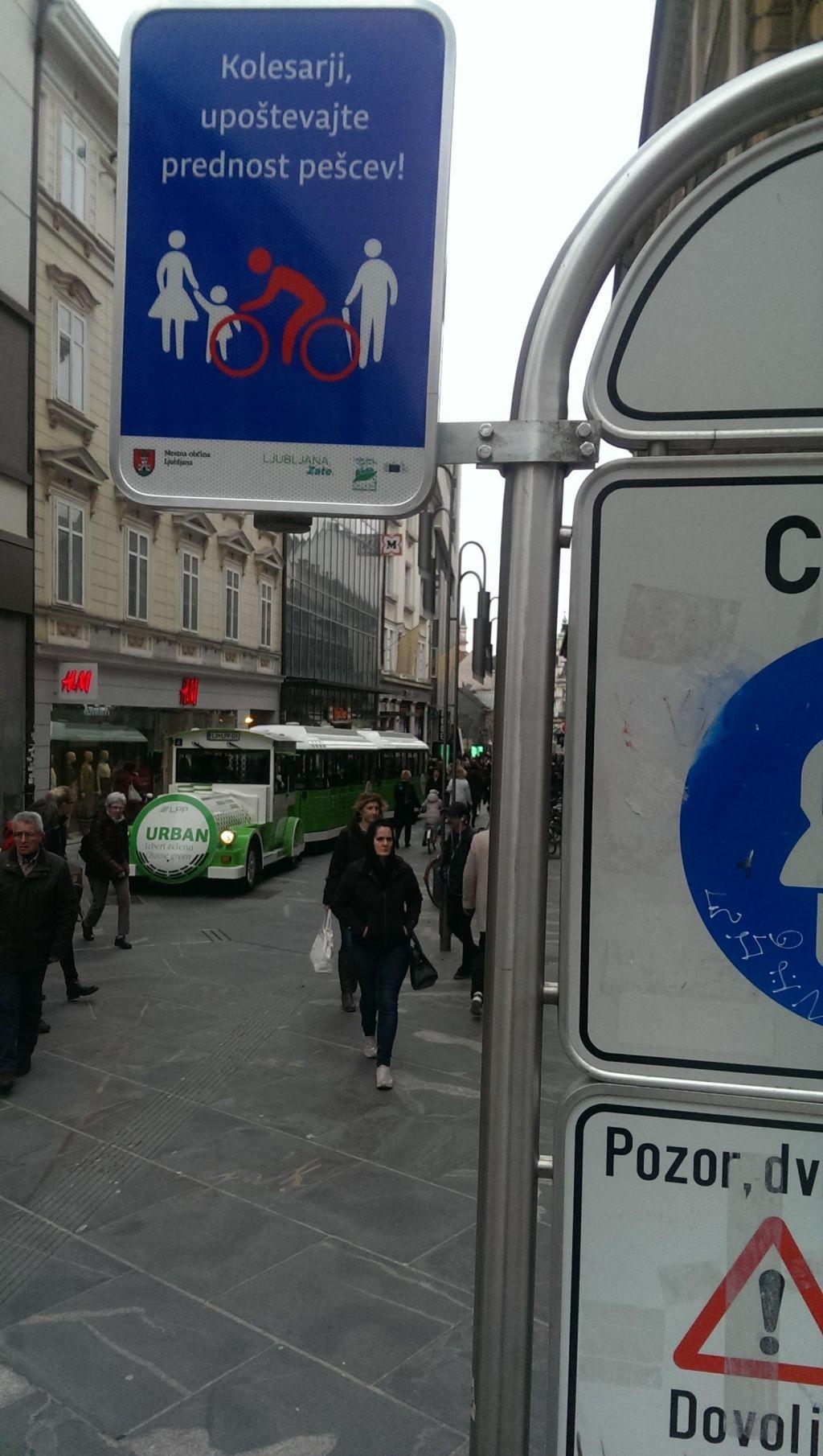 FOTO:Poziv ljubljanske občine: Kolesarji, upoštevajte prednost pešcev!