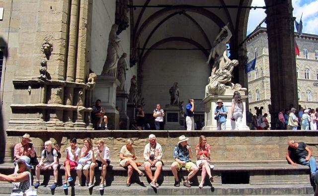 V Firencah so prepovedali malicanje na stopnicah cerkva in drugih znamenitosti. FOTO: Blaž Samec