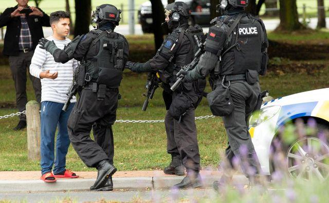 Novozelandski policisti do pred kratkim niso nosili pištole v službi, danes so v drugi najbolj varni državi na svetu policisti morali v roke vzeti dolgocevno orožje. FOTO: Reuters