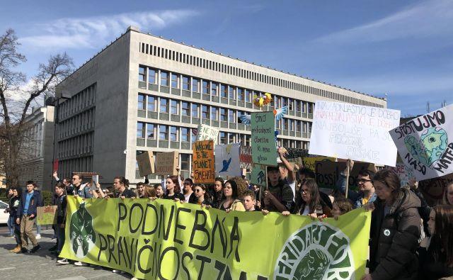 V Ljubljani so se protestniki najprej zbrali na Kongresnem trgu, nato pa so se premaknili še pred parlament. FOTO: Voranc Vogel/Delo