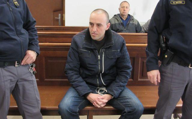 Agron Culjaj ostaja v priporu, njegovemu bratu pa bodo vrnili 560 evrov, ki so jih zasegli pri hišni preiskavi. FOTO: Špela Kuralt/Delo