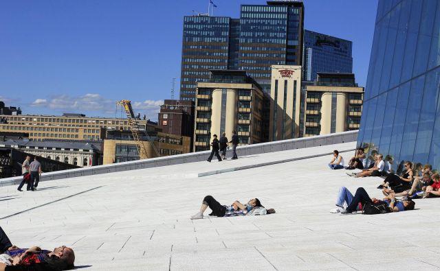 Norveški demografski sklad ima okoli tisoč milijard evrov premoženja (na fotografiji: na strehi opere v Oslu). Foto Reuters