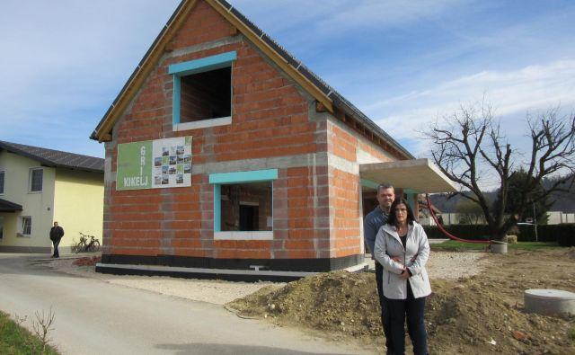 Barbara Bučar in Andrej Golob pred novo hišo na celjski Lopati, ki pa še ni gotova. FOTO: Špela Kuralt/Delo