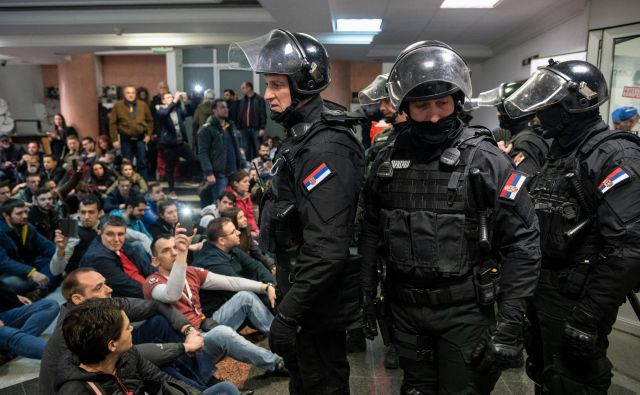 Protestniki danes pred predsedniško palačo, fotografija od sinočnih protestov pred zgradbo televizije. FOTO: Reuters