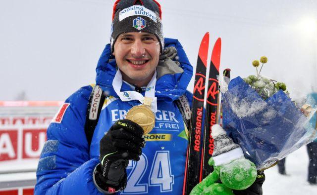 Svetovni prvak Dominik Windisch je poziral z zlatim odličjem. FOTO: Reuters