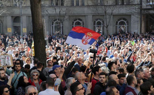 Ena izmed največjih težav Srbije je, da mladi odhajajo iz države, kar bi lahko preprečili le z novimi delovnimi mesti. FOTO: Marko Djurica/Reuters