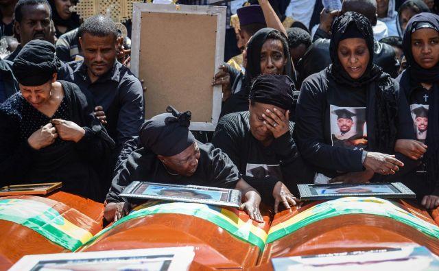 Skupinski pogreb žrtev je bil včeraj v katedrali Svete Trojice v Adis Abebi. FOTO: Samuel Habtab/AFP