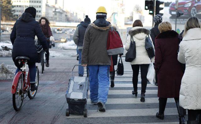 Ob koncu januarja letos je bilo v Sloveniji 881.245 delovno aktivnih oseb, kar je 3,1 odstotka več kot januarja lani in 0,7 odstotka manj kot ob koncu decembra, je včeraj objavil statistični urad Foto Leon Vidic/Delo