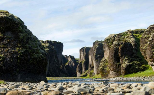 Kanjon z impresivnimi približno sto metrov visokimi stenami se razteza dva kilometra v notranjost. Foto AFP