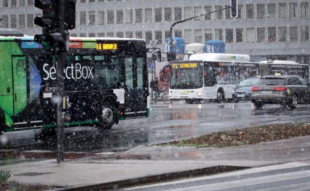 V Ljubljani se sneg večinoma ni oprijemal cestišč. FOTO: Ema Nemanič/delo