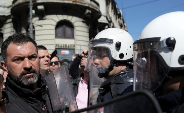 Pred predsedniško palačo v Beogradu v nedeljo opoldne. Foto REUTERS