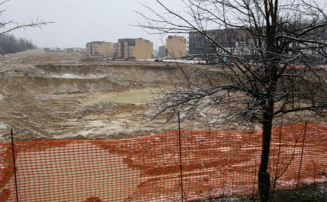 Na Novem Brdu, kjer bo republiški stanovanski sklad zgradil 498 stanovanj, zeva velika gradbena jama, saj so se dela povsem ustavila. Foto Tomi Lombar