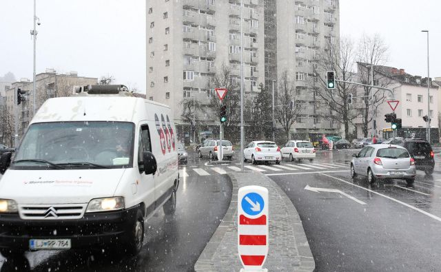 Prenovljeno križišče Celovška-Drenikova-Na Jami je spet odprto za ves promet. FOTO Tomi Lombar/Delo