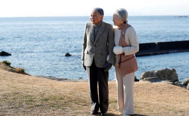 Petinosemdesetletni Akihito, ob njem cesarica Mičiko: cesar je že leta 2016 svojemu narodu sporočil, da ni več sposoben izpolnjevati cesarskih dolžnosti. Foto: Reuters