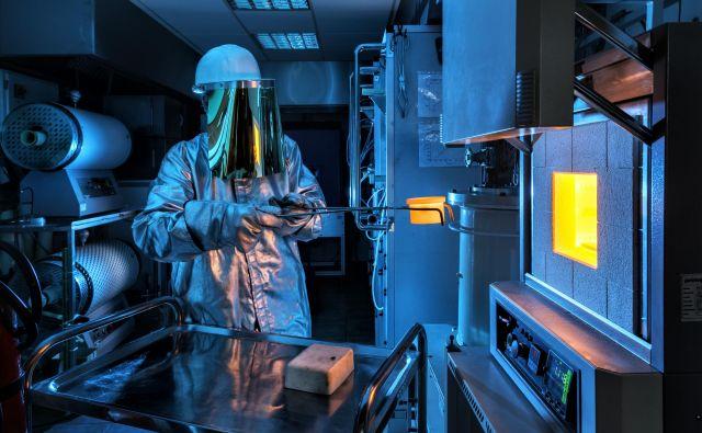 Laboratorij za visokotemperaturno kemijo. Procese v materialih pri visokih temperaturah raziskujejo za učinkovito načrtovanje funkcijskih lastnosti keramičnih mikroelektromehanskih sistemov.FOTO: Arne Hodalič, Katja Bidovec