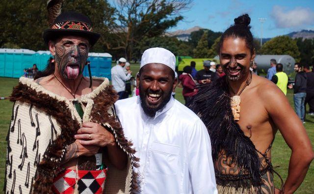 Molitve in dveh minut tišine za 50 žrtvami pokola v Christchurchu, šestega najbolj tragičnega strelskega pohoda v zgodovini, so se v petek poleg muslimanov udeležili tudi drugi Novozelandci, med njimi domorodci Maori (na fotografiji levo in desno v tradicionalnih opravah). Foto AFP