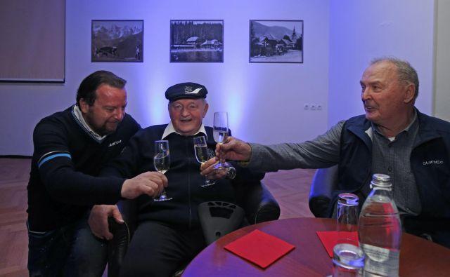 Vse najboljše, Planica! Ob jubileju so nazdravili Sebastjan Gorišek (levo), njegov oče, konstruktor letalnice Janez Gorišek (v sredini), in Jože Šlibar. FOTO: Matej Družnik/Delo
