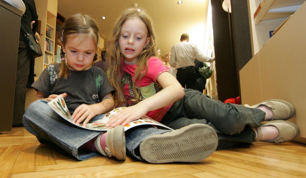 FOTO:Bi morali starši otroke siliti k branju? Da in treba je vztrajati