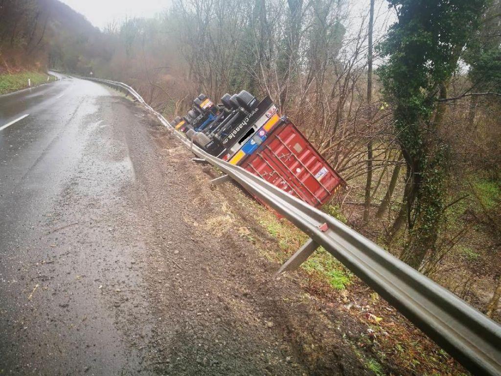 Prevrnjen tovornjak zaprl cesto pri Ptuju