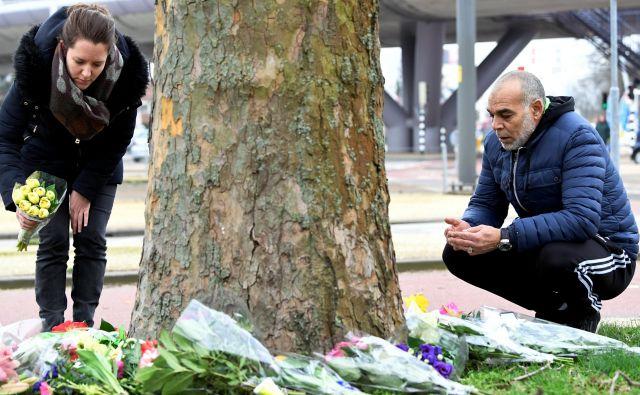 Dan po napadu so svojci in drugi žalujoči na kraj streljanja prinesli rože. FOTO: Reuters